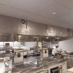 Recubrimiento Capa Cocina | The Pool | New York: Restaurantes de estilo  por AmorettiBrothers Studio | Mexico, Clásico Cobre/Bronce/Latón