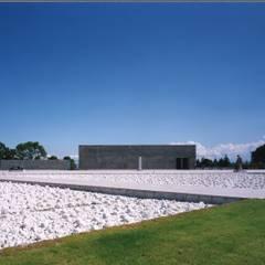 枯山水の池をわたってポーチに向かう: 株式会社ラウムアソシエイツ一級建築士事務所が手掛けた美術館・博物館です。
