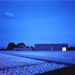 枯山水の池をわたってポーチに向かう 夜景: 株式会社ラウムアソシエイツ一級建築士事務所が手掛けた美術館・博物館です。
