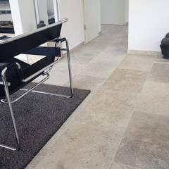 Modern Wohnen mit rustikalen Travertin Natursteinfliesen:  Wohnzimmer von Steinlese Natursteine