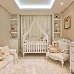 Nursery/kid's room by KIDS Arquitetura para pequenos