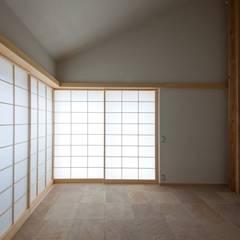 戸袋に収納された障子を閉めると和モダンな空間に。: 根岸達己建築室が手掛けた窓です。