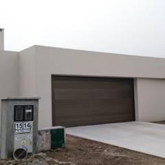 Puertas de garajes de estilo  por ARBOL Arquitectos