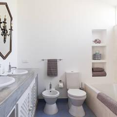 Casa de férias no Algarve: Casas de banho  por The Interiors Online,Eclético
