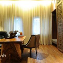 Private Residence @ Gading Serpong:  Ruang Kerja by Kamala Interior