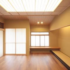 Media room by 株式会社 北島建築設計事務所