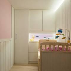 錯層,誕生的喜悅-黃宅:  嬰兒房/兒童房 by DS&BA Design Inc 伊國設計