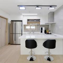 modern Dining room by 코원하우스