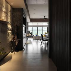 Pasillos y hall de entrada de estilo  por ACE 空間制作所