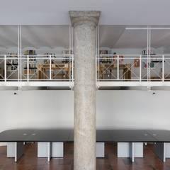 Sede do&ma: Sala multimediale in stile  di Studio Ecoarch