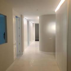 Nuñez de Balboa Pasillos, vestíbulos y escaleras de estilo moderno de DISIGHT Moderno