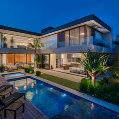 Residência Prado: Casas minimalistas por Padovani Arquitetos + Associados