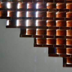 celosía detalle: Pasillos y recibidores de estilo  por MAAS Arquitectura & Diseño