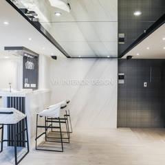 信義何公館:  牆面 by VH INTERIOR DESIGN