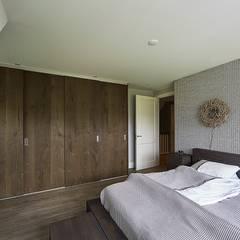 Landelijke woning Bleskensgraaf:  Slaapkamer door Brand BBA I BBA Architecten
