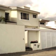 CASA-EZ: Casas unifamiliares de estilo  por RIVERA ARQUITECTOS