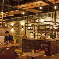 RESTAURANTE BRUNO: Locales gastronómicos de estilo  por Ensamble de Arquitectura Integral, Industrial Metal