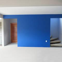 Vista interna- acesso escada: Corredores e halls de entrada  por A+R  arquitetura