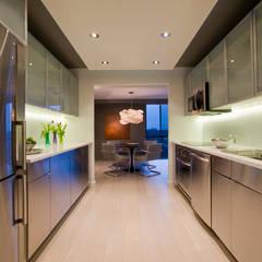 Flat in McLean, VA: modern Kitchen by FORMA Design Inc.