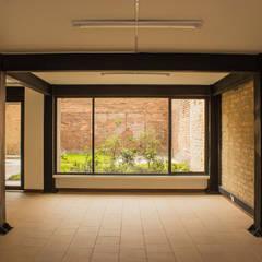: Edificios de oficinas de estilo  por Ensamble de Arquitectura Integral, Minimalista Cerámico