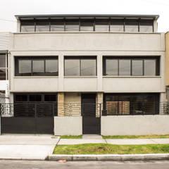 : Edificios de oficinas de estilo  por Ensamble de Arquitectura Integral, Minimalista