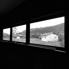 Casa Quero - quero: Corredores e halls de entrada  por A+R  arquitetura