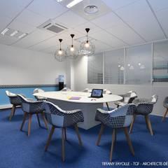 Aménagement de salles de réunions esprit Start-Up près de Lyon par Tiffany Fayolle, architecte d'intérieur et décoratrice: Lieux d'événements de style  par Tiffany FAYOLLE