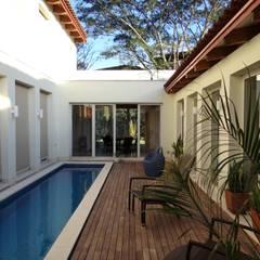 Il patio interno con piscina: Piscina in stile  di Aroma Italiano Eco Design