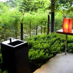 Privacy Tropical Garden Design:  Terrasse von Paul Marie Creation