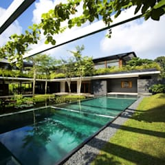 Privacy Tropical Garden Design:  Pool von Paul Marie Creation