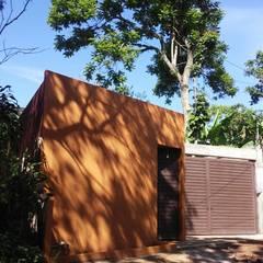 Vivienda en Fortín, Veracruz: Puertas de estilo  por escala1.4