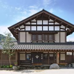 日光 三島屋商店: 安藤建築設計工房が手掛けた一戸建て住宅です。