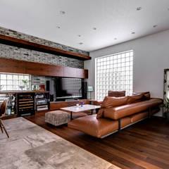 自然を感じる家: TERAJIMA ARCHITECTSが手掛けたリビングです。