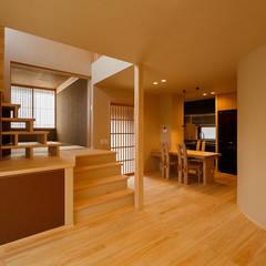 無垢材を使った『和』のリフォーム: 傳寶慶子建築研究所が手掛けたリビングです。
