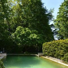 Minimalistischer Poolgarten:  Gartenpool von 2kn Architekt + Landschaftsarchitekt