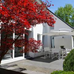 Minimalistischer Poolgarten:  Terrasse von 2kn Architekt + Landschaftsarchitekt