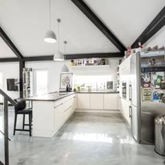 Eine Küche zum Wohlfühlen:  Einbauküche von K-MÄLEON Haus GmbH