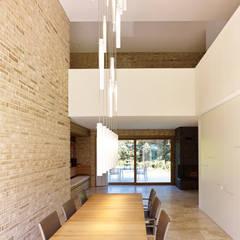 auf der killesberghöhe: minimalistische Esszimmer von lohrmannarchitekt bda