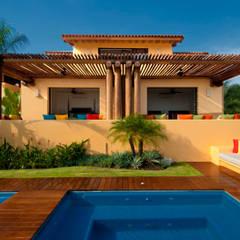 Piscinas de jardín de estilo  por foto de arquitectura
