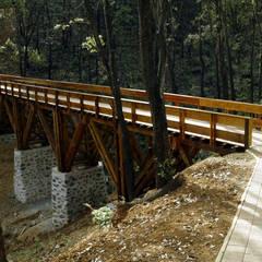 Puente peatonal.: Hoteles de estilo  por de Silva Arquitectos