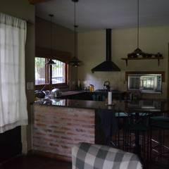 cocina: Cocinas de estilo rural por Arq Andrea Mei   - C O M E I -