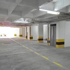 Edificio Aguadulce: Garajes de estilo minimalista por ARKETIPO diseño + construccion