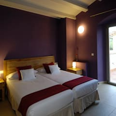 """Casa de turismo rural """"Les Planeses"""": Hoteles de estilo  de HD Arquitectura d'interiors"""
