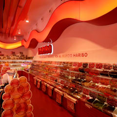 Tienda Cal caramel. HARIBO en PORTAVENTURA. : Espacios comerciales de estilo  de HD Arquitectura d'interiors