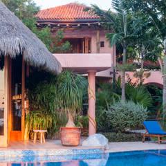 Tres proyectos de Arquitectura contemporánea en México: Albercas de jardín de estilo  por foto de arquitectura, Tropical Concreto reforzado