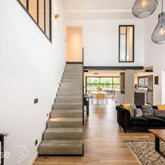 Rénovation d'une maison individuelle à Anglet: Salon de style de style Moderne par Agence CréHouse