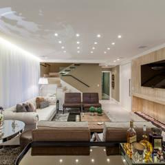 Apartamento ECB: Salas de estar ecléticas por Thiago Mondini Arquitetura