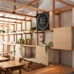 新城テラス: ピークスタジオ一級建築士事務所が手掛けた商業空間です。