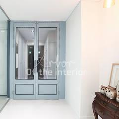 파란색으로 포인트주기. 40평대 아파트 실내 인테리어: 디자인 아버의  복도 & 현관