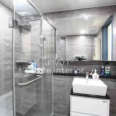 파란색으로 포인트주기. 40평대 아파트 실내 인테리어: 디자인 아버의  욕실